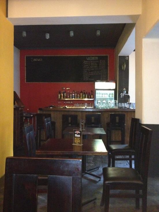 Vista desde una mesa hasta el rincón de la barra en el Bar SanToro